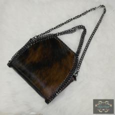 Kisméretű lánccal szegett barna táska