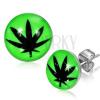 Bedugós fülbevaló acélból, fénymáz, fekete marihuánna levél, zöld háttér
