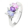Fényes gyűrű ezüst színben egymás mellé rendezett színes kövekkel