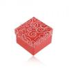 Ajándékdoboz piros árnyalatban, fehér szívecske minták