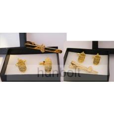 Arany színű címeres mandzsetta gomb és nyakkendő csipesz díszdobozban